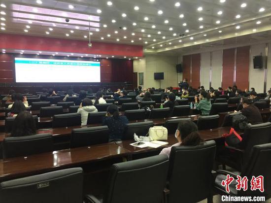 山西选派554名疫情防控指导员驻校指导高三年级开学疫情防控。 高瑞峰 摄