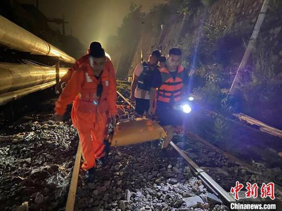 7月26日晚,山西太原一女子暴雨中骑电动车上坡时,被大水冲走,不幸身亡。太原消防供图