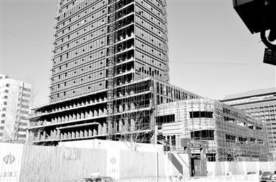 """太原市迎泽大街附近的一座""""烂尾楼"""",已经闲置10多年。附近一位居民说,""""五六年前曾安装外墙玻璃,还没装完就停工了。""""记者 王井怀 摄"""