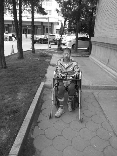 目前,李龙龙可以借助双拐和轮椅活动。当事人供图
