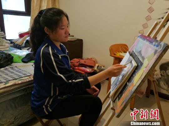 山西聋人女孩宿汝旸一个月前考入天津理工大学,在初中读书时,她还曾考全班倒数第一。图为宿汝旸在画画。 李娜 摄