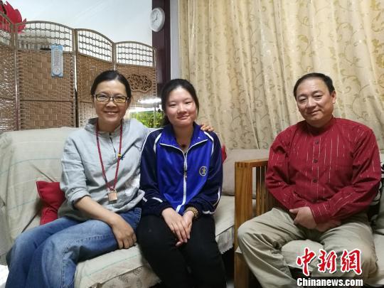 山西聋人女孩宿汝旸一个月前考入天津理工大学,在初中读书时,她还曾考全班倒数第一。图为宿汝旸一家三口。 李娜 摄