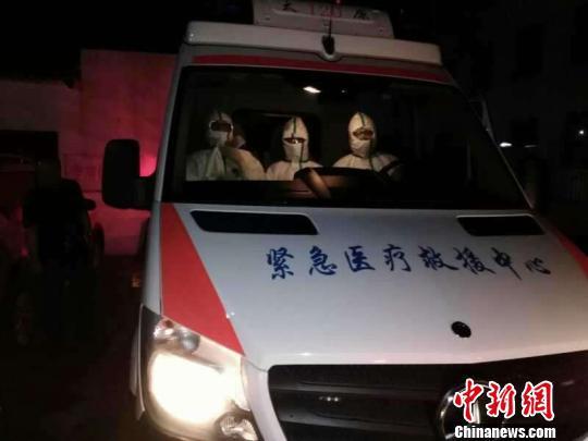 3名急救人员携多参数呼吸机赶赴医院,太原120急救中心主任唐新宇到场协调督战。太原市急救中心供图