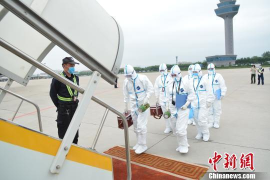 图为检验检疫人员登机检疫。延大海摄
