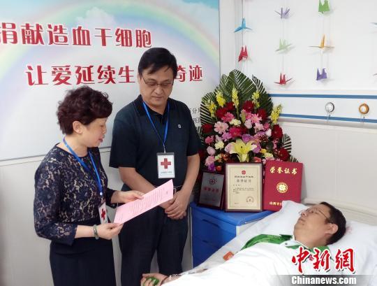 """侯军被授予""""山西省红十字会会荣誉会员""""。 左彤 摄"""