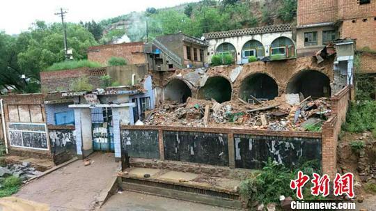 柳林县遭遇罕见强降雨,降雨量达108.8毫米。图为:柳林县穆村镇张家山村房屋倒损。官方供图
