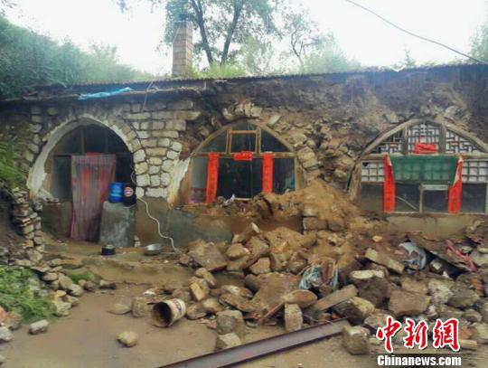 记者1日从山西省民政厅获悉,强降雨致当地65个县遭受洪涝灾害,造成近50万人受灾。图为:忻州市神池县村民房屋倒损。官方供图