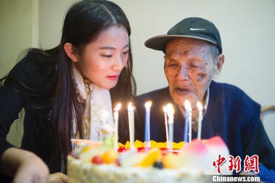 山西百岁抗战老兵庆生。 记者 韦亮 摄