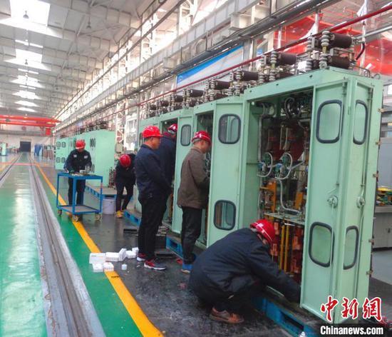 电器组职工精检细修高压柜。 张秋生 摄