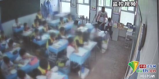 学生被老师拖拽推搡。 监控视频截图