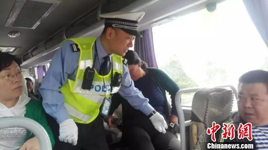 高速交警对客车乘车人使用安全带情况进行检查。陆祁国摄