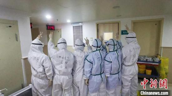 医疗队员每天穿着防护服、尿不湿连续工作几个小时。山西白求恩医院供图