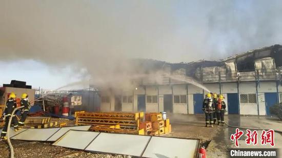 3月18日,山西太原富力天禧城附近工地彩钢板房起火。 李晋丰 摄
