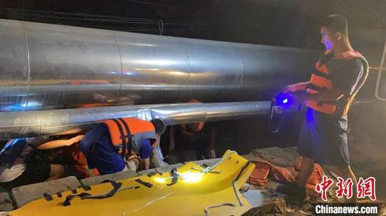 消防员和蓝天救援队队员分成3组,沿铁轨搜寻。太原消防供图