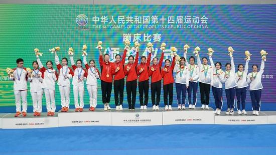 9月5日,冠军山西队(中)、亚军浙江队(左)和季军广东队在颁奖仪式上。新华社记者许雅楠摄