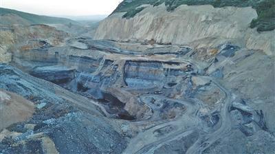 2019年6月,段家堡乡附近的矿坑内数台挖掘机在加紧作业。新京报记者 张建斌 逯仲胜 摄影报道