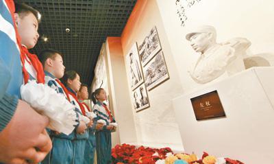 中小学生在山西省武乡县八路军太行纪念馆缅怀革命先烈。