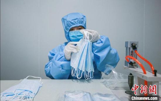 工人正在口罩生产线忙碌着。 李强 摄