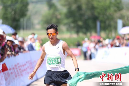 2019山西右玉生太国际马拉松赛16日举行,6000多名中外选手参赛。 主办方 摄