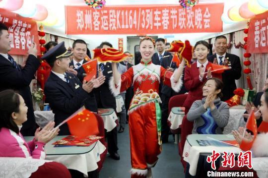 """热热闹闹的""""列车春晚""""吸引很多旅客参与。 张强 摄"""
