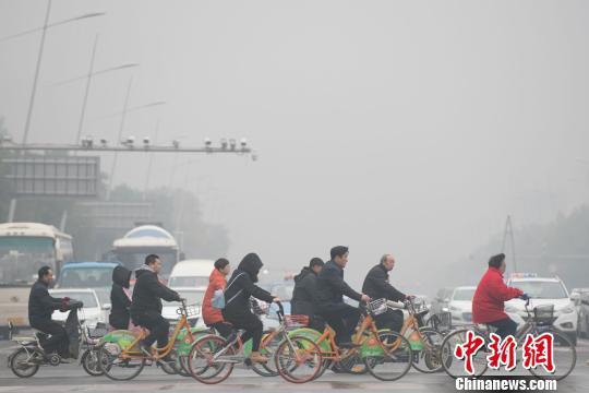 1日的山西太原,又是暗灰的云天,雾霾总是不愿离去。 武俊杰 摄