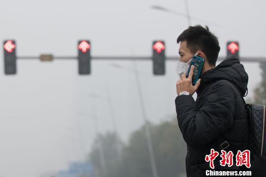 """2018年以来,重污染天气频繁""""造访""""山西多地,民众防霾已成日常。 武俊杰 摄"""
