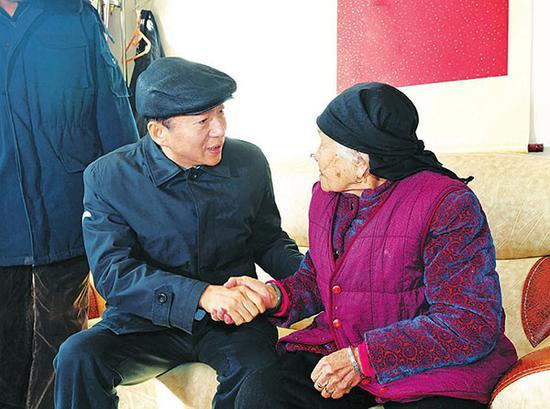 在看望建国前入党的老党员张富娥时,骆惠宁动情地说,凡为党的事业长期奋斗的老党员,党组织永远都不会忘记。记者李联军摄