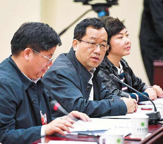 吕春祥代表在分组审议时发言。