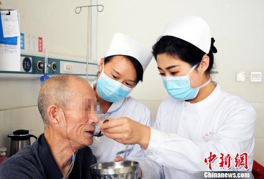 工作中的王蕾(右)、刘亚云(中)。 原国堂 摄