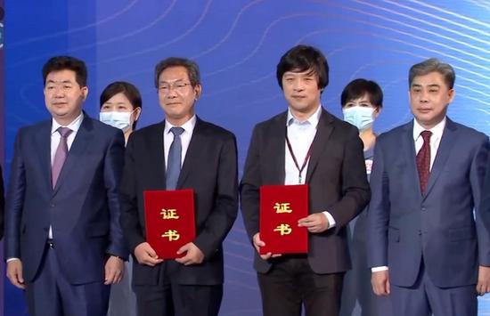 山西博物院院长张元成(一排左二)登台领奖