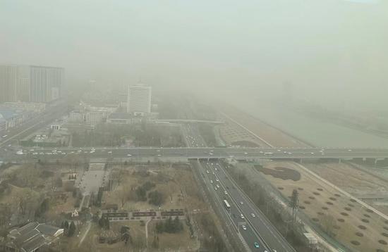 山西太原遭遇近五年最早沙尘天气过程
