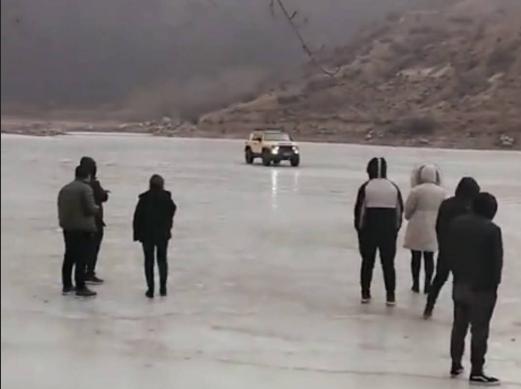 轿车落水前在湖面上漂移。 视频截图