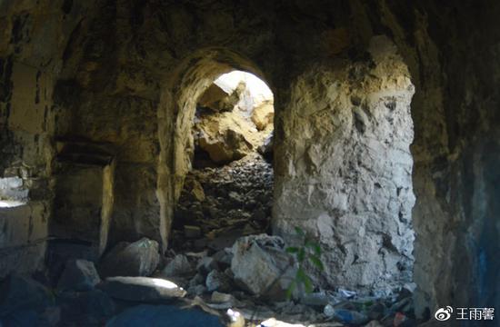 碉堡内的暗道、瞭望口,且四通八达。