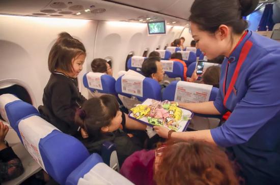 遥望星辰,闪着希望之光。此刻,飞机上一百多名旅客与机组人员有幸在万米高空的云端之上跨年。