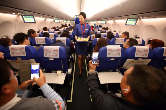 12月31日晚,时间从2018年流淌至2019的那刻,从海南海口飞往山西太原的MU2278航班上,我们正在热情地服务着旅客。
