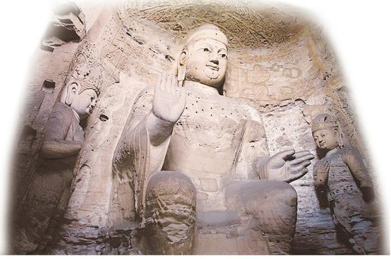 圖為云岡石窟第3窟三尊像。