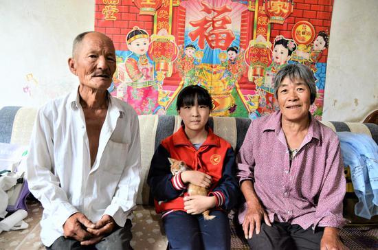 燕瑞彤和她的爷爷奶奶还有陪伴长大的小猫咪