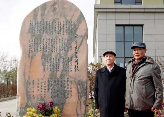 杨利民和吕日周在石刻前合影。