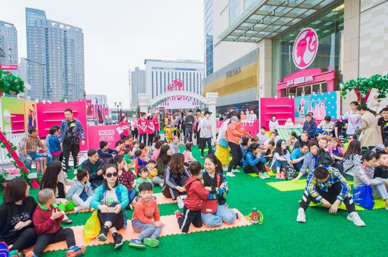 活动还未开始,现场已经坐满了家长和孩子。