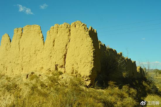 走进看到一面土墙比较完整