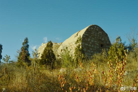 村子108国道另一边的峰坡山上有许多石砌的碉堡