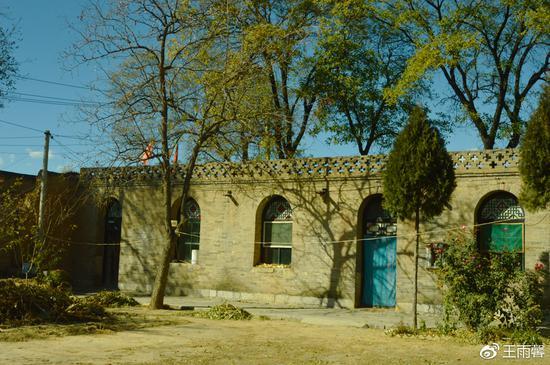 路遇到一位村民,被邀请到他家看看老窑洞。院子非常大,中间的窑洞还是套间格局。