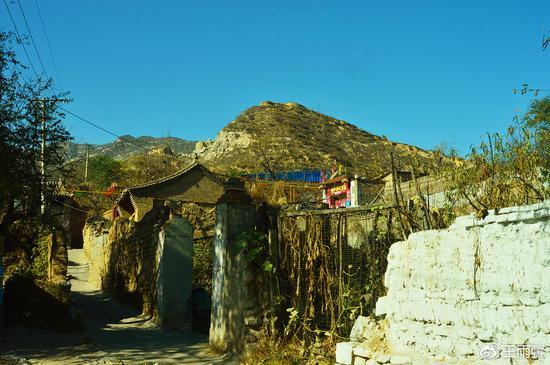 西关口村中有多处老宅,年代已久。上山就是土城堡。