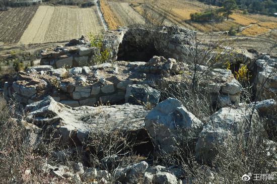 山上有多处碉堡,而且有的非常大,堡内的结构非常精妙,不知道建于何时。