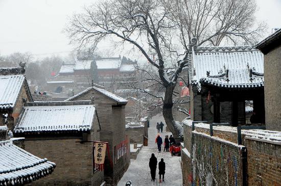 张壁古堡里,游人踏雪。(晋中市委新闻中心 供图)