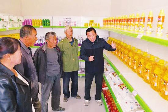 村民们来到爱心超市参观。 本报通讯员摄