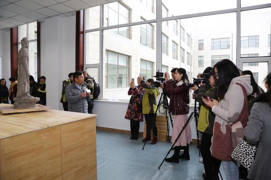 艺术家接受媒体采访