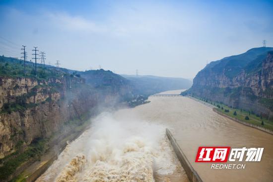1993年,万家寨水利枢纽工程开工的一声炮响,给晋蒙人民送来了水的喜讯。