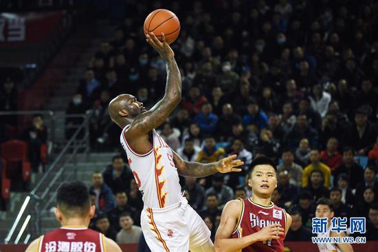 1月21日,吉林九台农商银行队球员琼斯(上)在比赛中投篮。