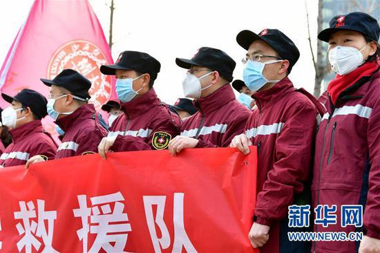 山西白求恩医院的医护人员在山西省第三批支援湖北医疗队出征仪式上(2月5日摄)。新华社记者 曹阳 摄